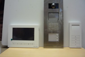 Feininstallation (Sprechanlage), Individuell kombinierbar. Im Bild mit Code-Tastatur für Türöffner